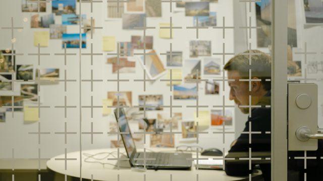 Andreas Ohlsson, arkitekt på semrén & månsson i möte