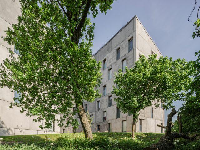 KTH exteriörer betongbyggnader med grönska