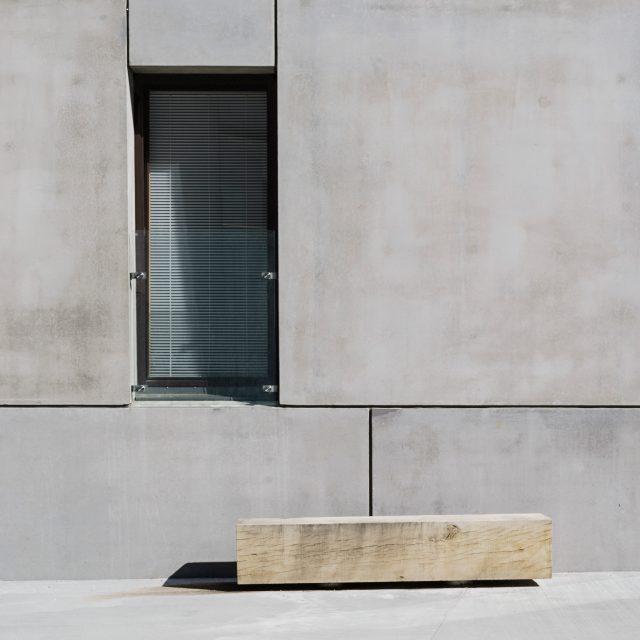 KTH exteriör bänk och fasad